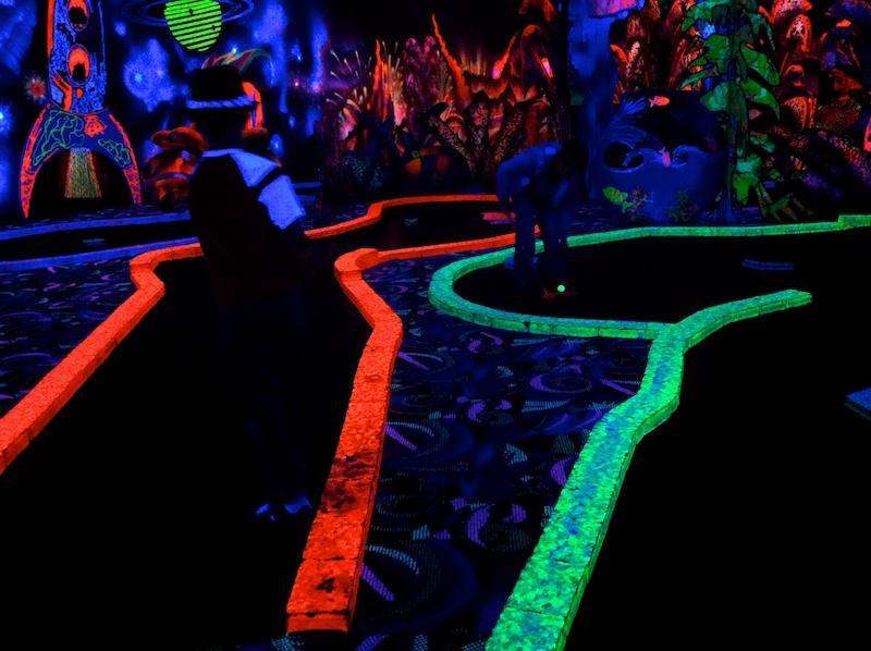 2010-11-26 neon golfers.jpg